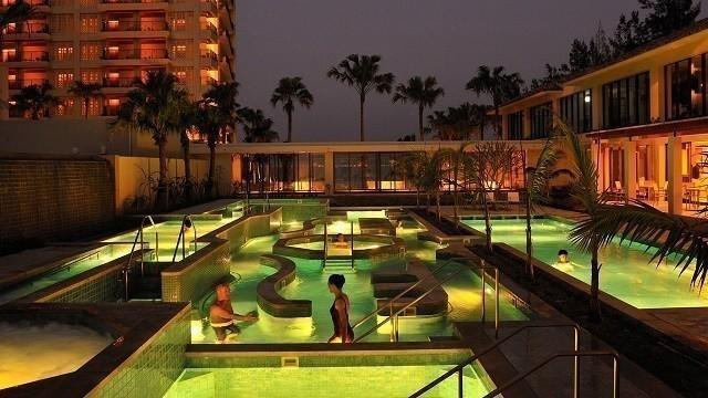 沖縄 高級ホテル ザ・テラスクラブアットブセナ 夜のタラソプールで泳ぐ人々
