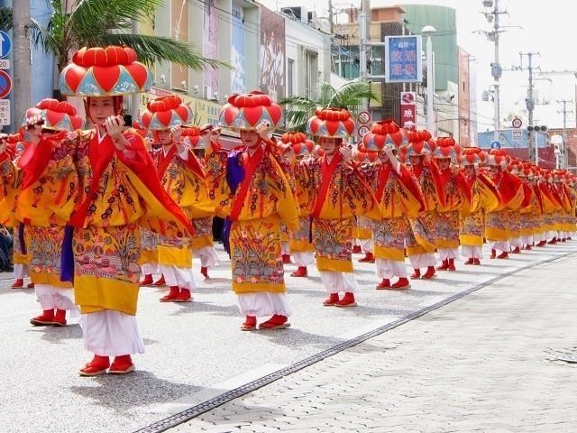 琉球王国 歴史 国際通りを練り歩く 琉装した女性たち
