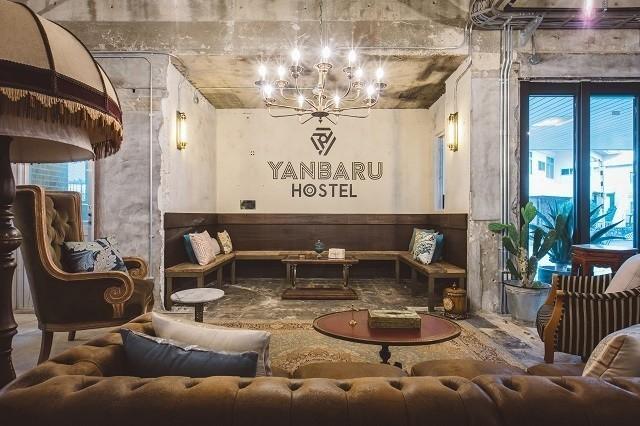 YANBARU HOSTEL 共同スペースに置かれた重厚なヴィンテージソファ