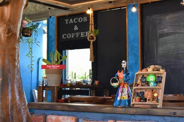 エスパーザスタコス カウンターに並ぶメキシカンな置物