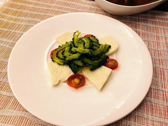 アラマハイナ コンドホテル 夕食 ゴーヤーとモッツァレラチーズのカプレーゼ