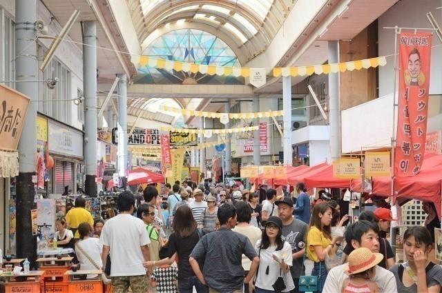 沖縄 マルシェ 出店を見る人々