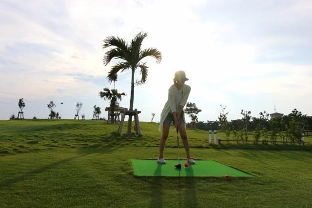 沖縄 パークゴルフ 狙いを定めて構える様子