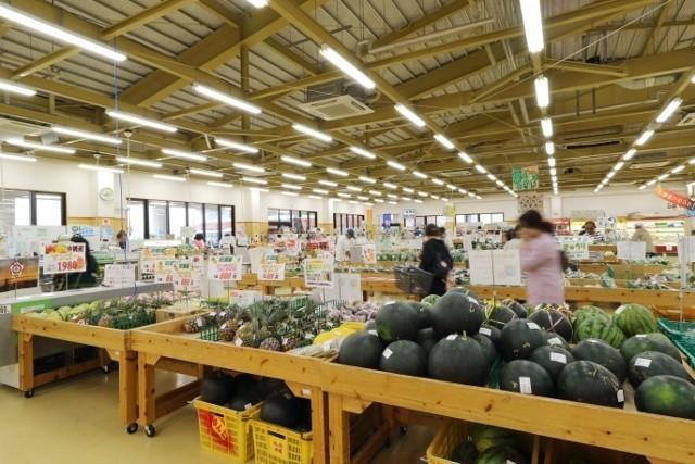 沖縄 パークゴルフ フルーツが並ぶ市場内