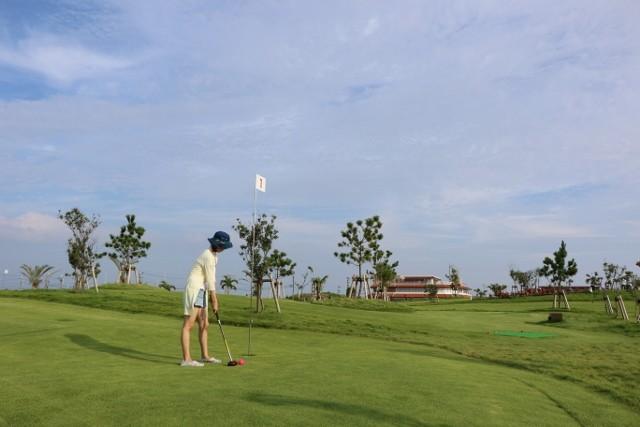 沖縄 パークゴルフ 構える様子