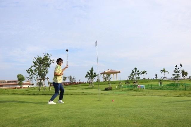 沖縄 パークゴルフ プレー中にはしゃぐ参加者