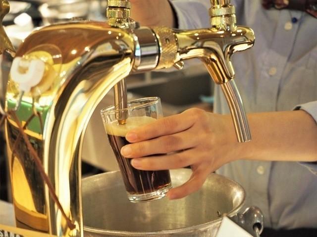 taste of okinawa グラスに注がれる黒ビール