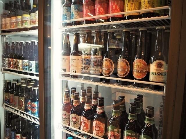taste of okinawa ショーケースに並んだカラフルなビールボトル