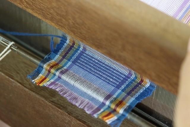 読谷村 伝統工芸品 グーシ花技法で機織り くし状の板で締める作業