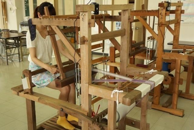 読谷村 伝統工芸品 織機で作業をしている様子