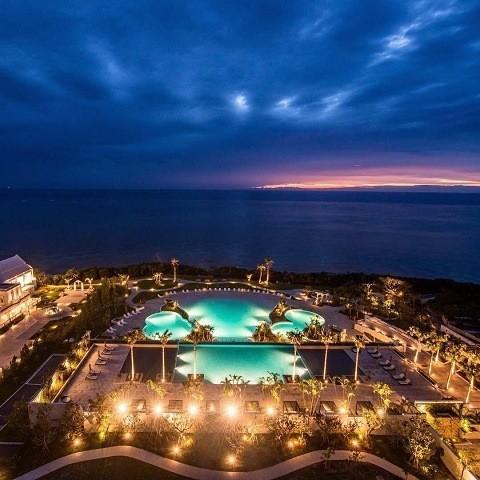 沖縄 インスタ映え カップル旅 ホテルモントレ沖縄 客室から夕景を眺める