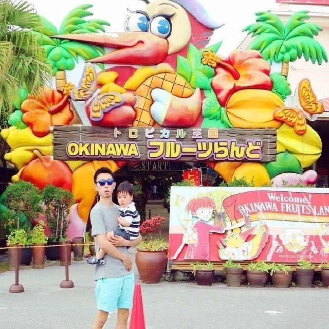沖縄 インスタ映え 家族旅 OKINAWAフルーツらんど 入口前で親子写真