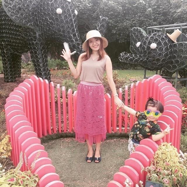 沖縄 インスタ映え 家族旅 沖縄こどもの国 動物像の前で親子写真