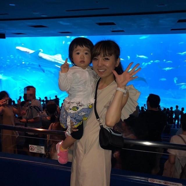 沖縄 インスタ映え 家族旅 美ら海水族館 大水槽の前で親子写真