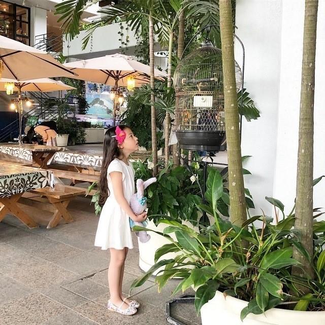 沖縄 インスタ映え 家族旅 ホテルムーンビーチ オウムと話す女の子