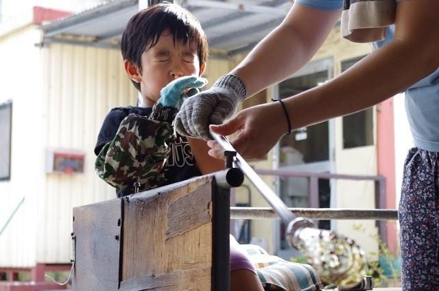 沖縄 2泊3日 モデルコース てぃだ工房 吹きガラス体験を楽しむ子ども