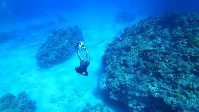 沖縄 2泊3日 モデルコース KJ MARINE 潜水するダイバー