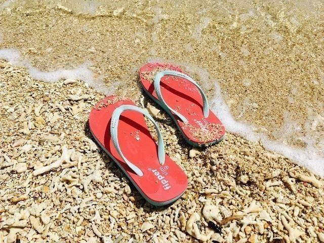 沖縄 2泊3日 モデルコース ビーチに置かれたfipperのビーチサンダル