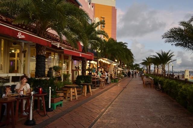 北谷 サンセットディナー レストラン・カフェが軒を連ねる 海沿いの遊歩道