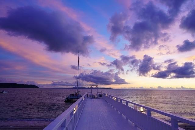 オクマプライベートビーチ&リゾート 桟橋から臨む マジックアワーの空